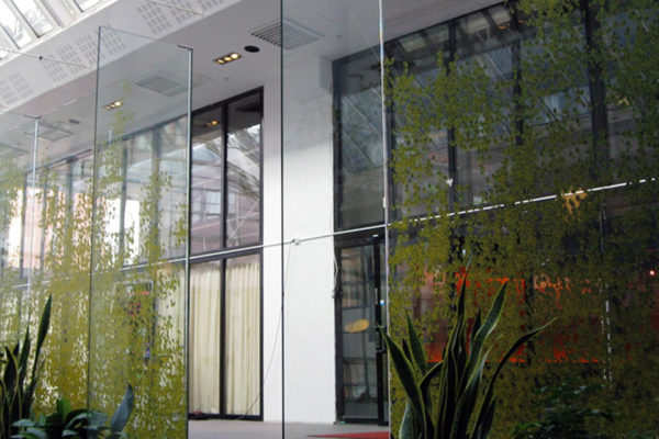 Glasvägg i lugnande ljusgård